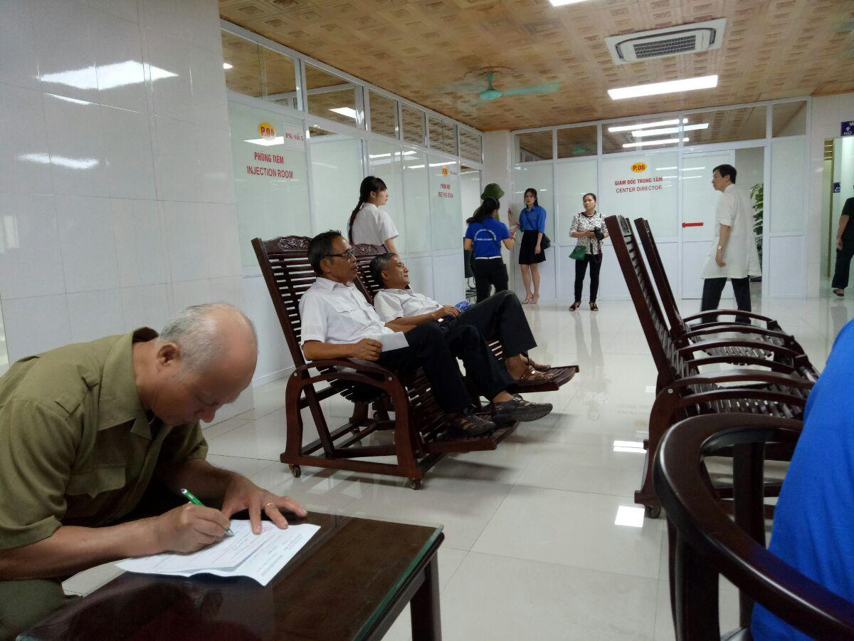 Bệnh nhân đăng kí khám và nhận thuốc miễn phí